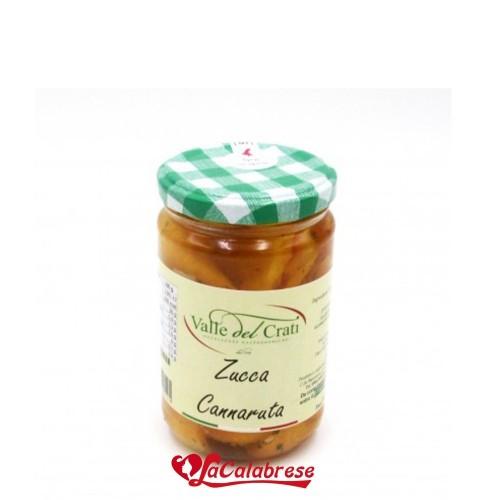 Tranches de citrouille jaune appétissante à l'huile d'olive, assaisonnée d'épices selon l'ancienne tradition calabraise.