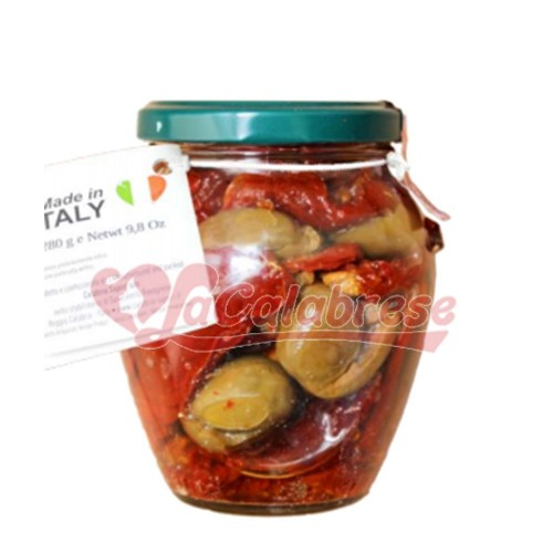Dried tomatoes and olives crushed in oil without preservatives